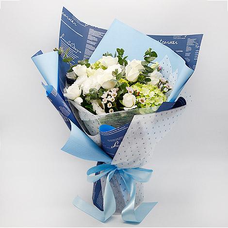 花店送花 藍天白玫瑰繡球花束 白玫瑰 白玫瑰花花語